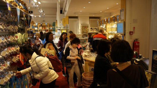 Bowness-on-Windermere, UK: Chinese Shoppers getting their stuff