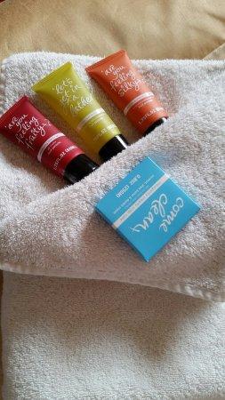 Jasmine House: Jasmin towels & toiletries_large.jpg