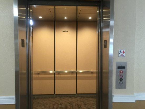Comfort Inn Cape Cod: Elevator