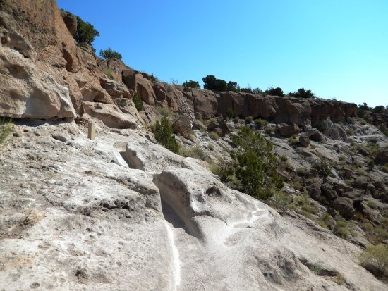 Лос-Аламос, Нью-Мексико: A well worn trail through rock