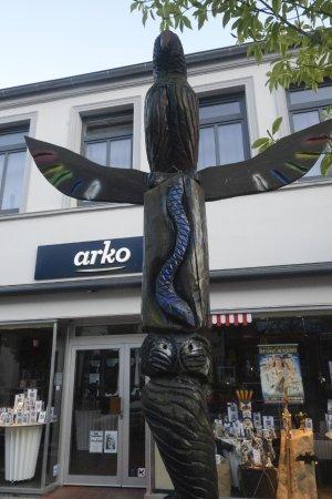 Bad Segeberg, Tyskland: Totempfähle in der Fußgängerzone weisen auf das Karl-May-Spektakel hin