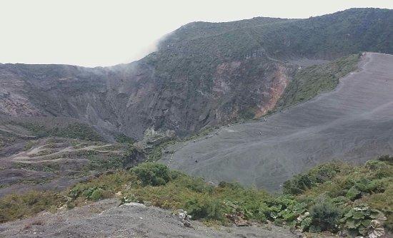 Provincie Cartago, Costa Rica: Este es el cráter visto desde lo más alto. Ya no había neblina cubriendo. 12:00 aprox.