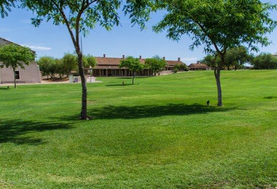 Yuma, AZ: Beautiful expansive grounds