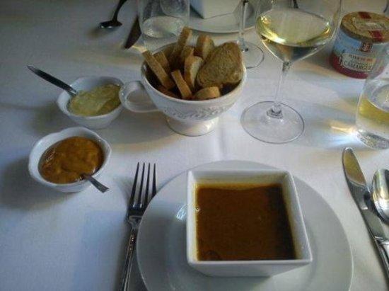 Noves, Frankrijk: La soupe de poissons servie en entrée avec ses croutons et ses deux sauces