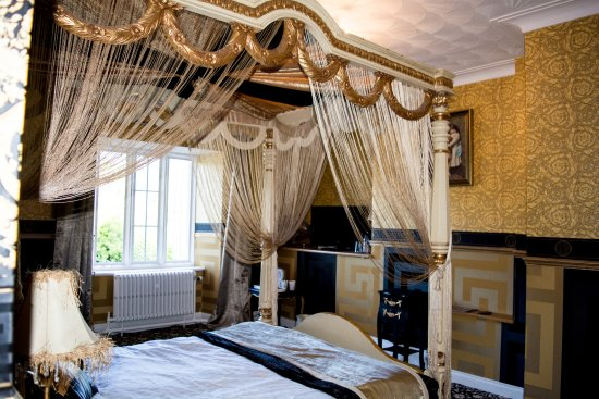 Maenan Abbey Hotel: Bridal fourposter bed