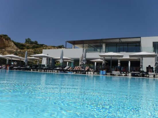 TUI Sensimar Tesoroblu Hotel & Spa: Bar and restaurant from the pool