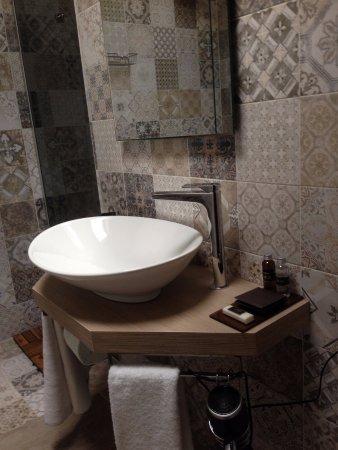 Antica Osteria Del Mirasole: Modernes Bad Mit Besten Toilettenprodukten