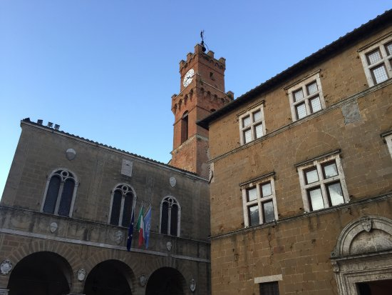 Il palazzo Vescovile Borgia e Jouffroy