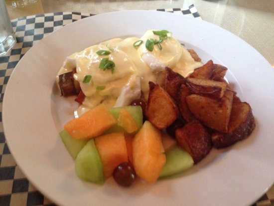 Sisters, OR: Delicious Eggs Benedict Provençal and a huge breakfast burrito. Great service, great food.