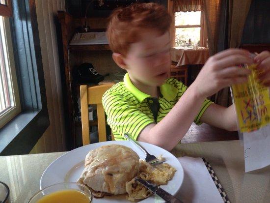 Sisters, Oregón: Delicious Eggs Benedict Provençal and a huge breakfast burrito. Great service, great food.