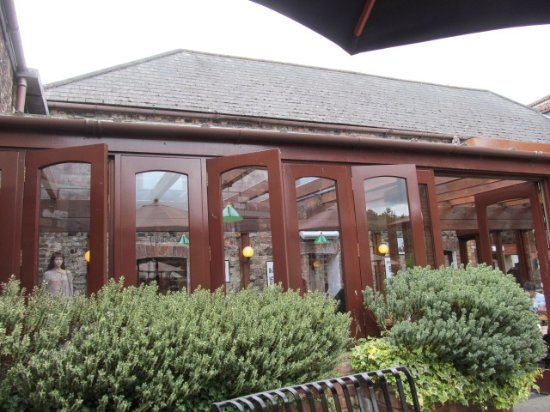 Bovey Tracey, UK: The conservatory, part of The Old Pottery Restaurant.