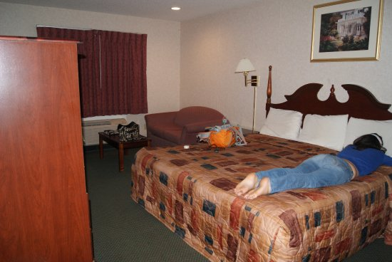 Capital Inn & Suites: spacious room