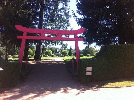 Salignac-Eyvigues, Франция: Le Torji japonais ouvre l'entrée sur un veste espace de verdure.