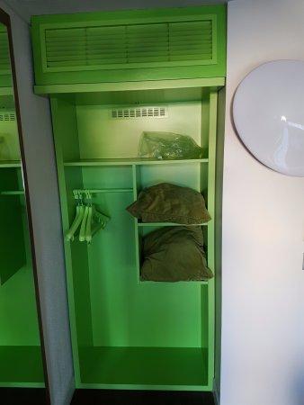 Campanile Chalon-Sur-Saone : L'horrible couleur verte que cet hôtel a choisi pour décorer les penderies de ses chambres