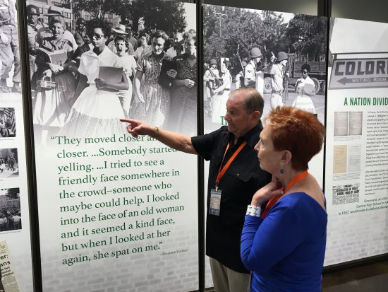 Fort Scott, แคนซัส: Unsung Hero Ken Reinhardt and wife Judy visit the Little Rock Central exhibit in the Hall of Uns
