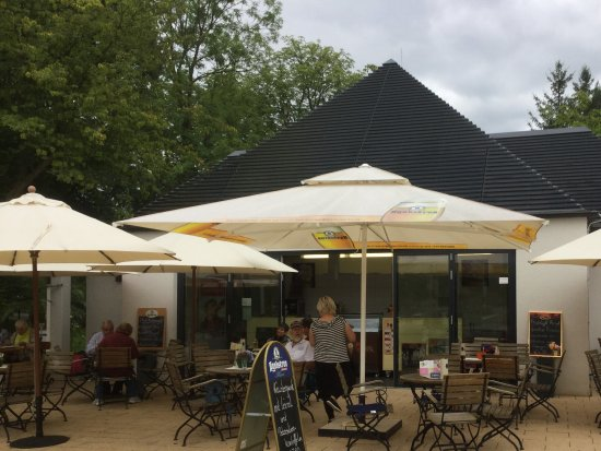 Forst, Deutschland: Terrasse mit Schirmen