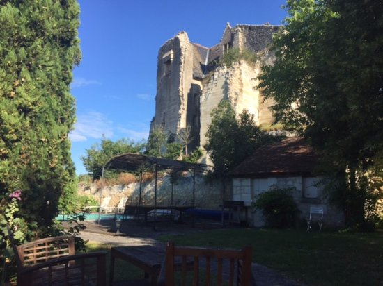 Auberge de Crissay: Garden and pool area overlooking the old castle.
