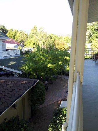 Upper Lake, Kaliforniya: Hotel grounds.