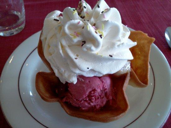 La Motte Servolex, France : dessert de la maison