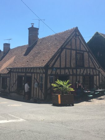Brinon-sur-Sauldre, Frankrijk: Lovely cafe in a peaceful town