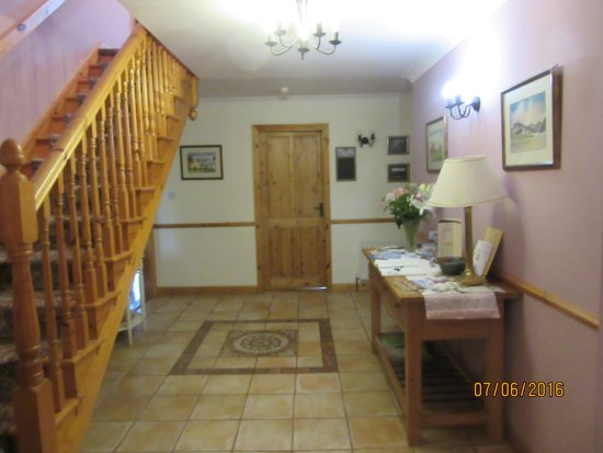 Drumcliff, Irlanda: Entryway. Steps lead to rooms, doorway to the dining room is at left behind the stairs.