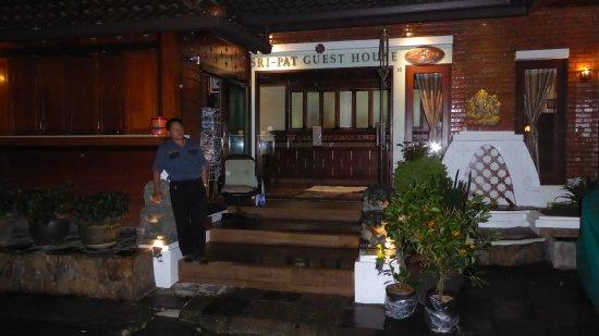 Sri Pat Guest House: Gardien de nuit devant l'hôtel