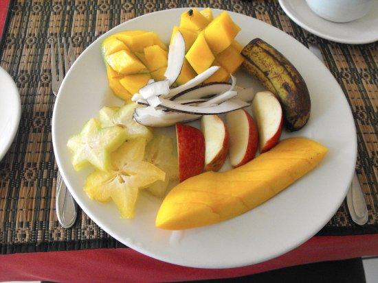 Palm Beach Hotel: Assiette de fruits au petit-déjeuner