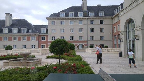 Vienna House Dream Castle Paris: Hotel grounds