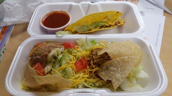 Hutchinson, Κάνσας: No Shell Taco Salad, Taco, and Taco Sauce to go!