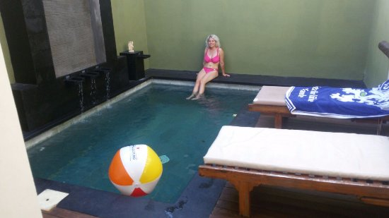 The Jas Villas: Der Pool mit Wasserspielen auf der Seite