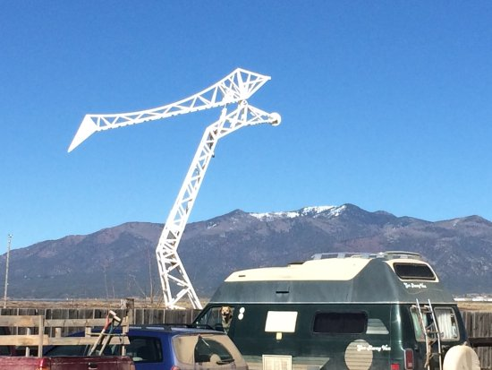 Taos Mesa Brewing: One of the fun sculptures outside with view of mountains behind it
