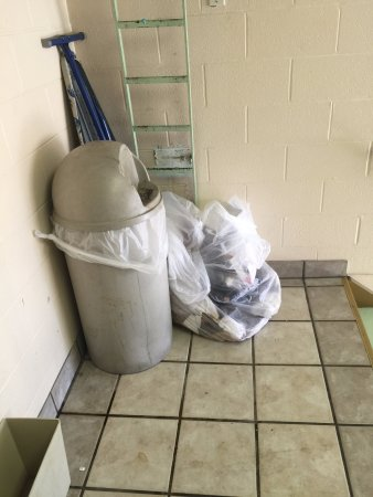Fort Wright, Кентукки: Garbage in the stairwell - there for over 10 hours