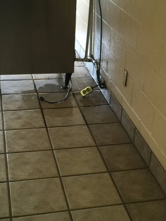Fort Wright, Кентукки: Ice machine leaking on electrical outlet