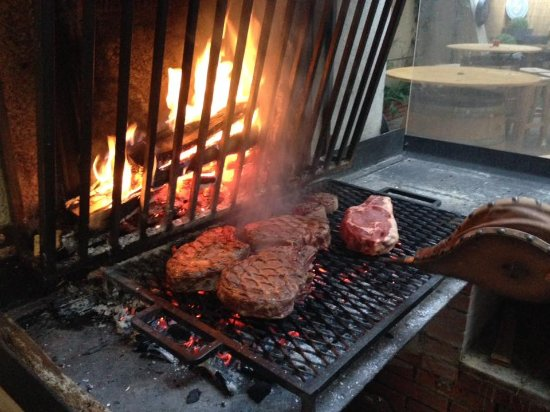 Beaumont de Lomagne, Francia: grilladin au feu de bois