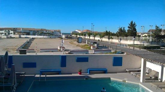 Hotel Le Bleu Marine: vue de la chambre 12 donnant sur la piscine et la mer