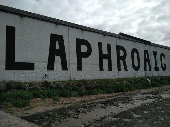 Порт-Эллен, UK: Laphroaig sea wall