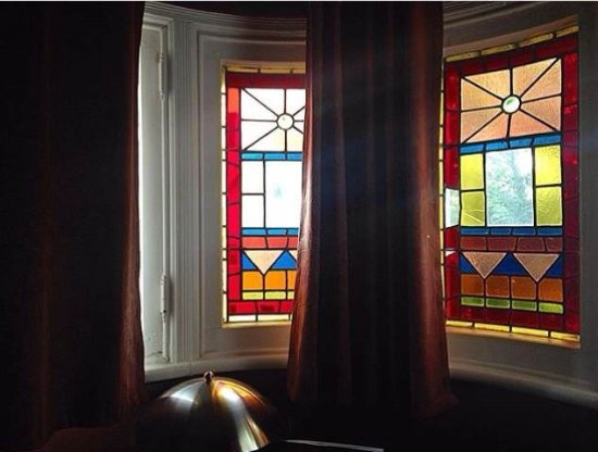 Ash Street Inn: Stained glass windows in our room