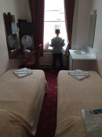 Ridgemount Hotel: Chambre double avec lavabo, côté rue.