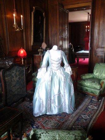Champs-sur-Marne, Francia: En ce moment il y a les robes que ces dames portaient.