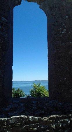 Kilrush, Irlanda: View out one of the church Windows