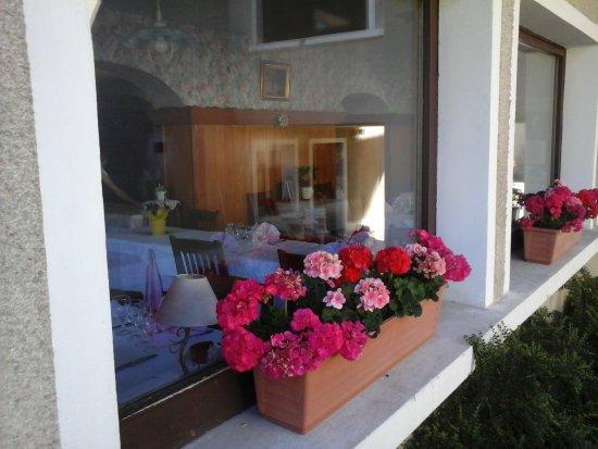 Thollon-les-Memises, Fransa: Un restaurant fleuri et accueillant