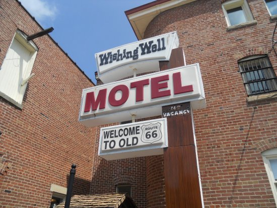 Pontiac, Илинойс: Wishing well motel sign outside.