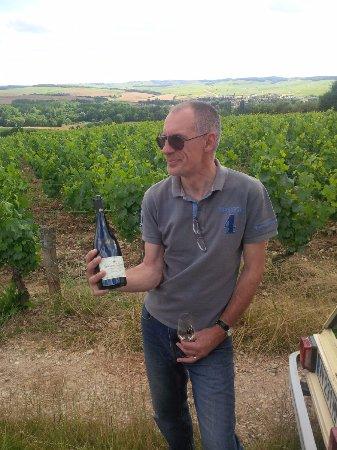 Chichee, Francia: Pour terminer la visite, Eric avec un grand cru de Chablis en plein cœur des vignes... :)