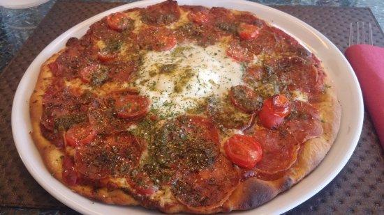 Yerres, Γαλλία: La pizza avec la Burrata et ses tonnes de tomates qui envoient trop de jus... ça baigne :(