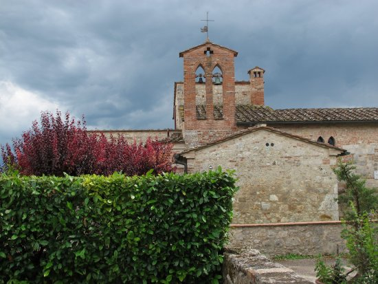 La Pieve di San Martino: Zicht vanaf de wegkant (achterkant) met herinneringen aan de oude functionaliteit als kerkje