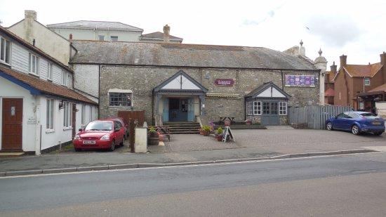 Winstons Bar & Restaurant: Winston's entrance is Harbour Rd not Beach Rd