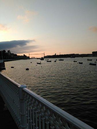 Provincia de Vizcaya, España: Atardecer viendo el puente colgante