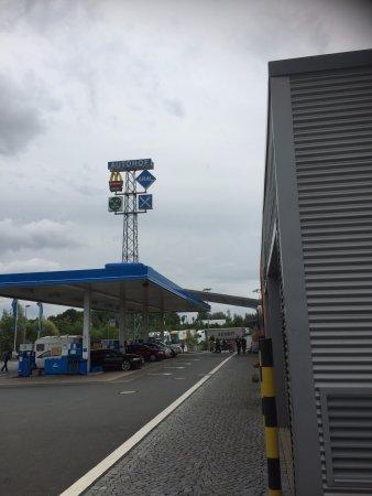 Porta Westfalica, Germany: het terrein van de autohof waar dit restaurant was