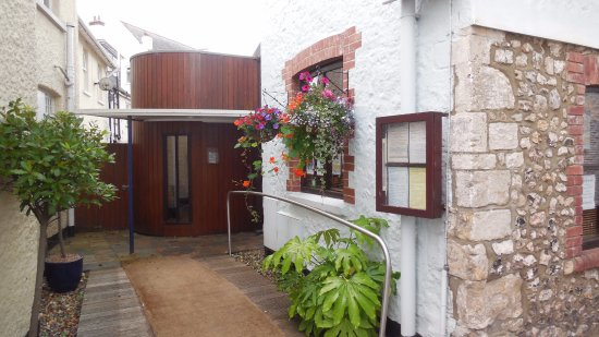 Beer, UK: Steamers entrance tucked away just off Fore St