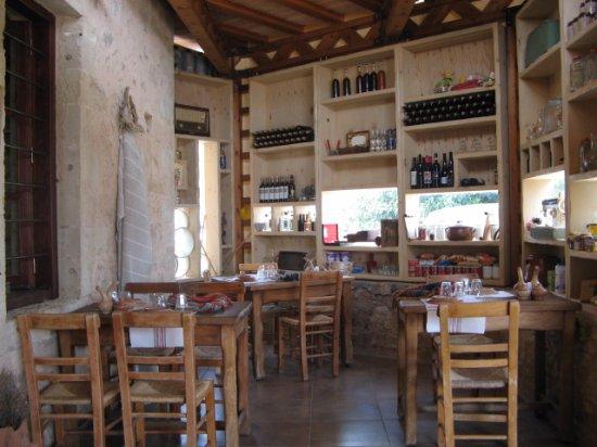 Kaliviani, Griekenland: Выбор вин здесь большой, но мы брали домашнее.